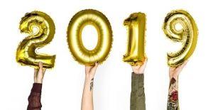 photodune 21316201 hand holding new year 2019 balloon photodune main file 1 300x155 - 2019年社区主导的视觉趋势指南